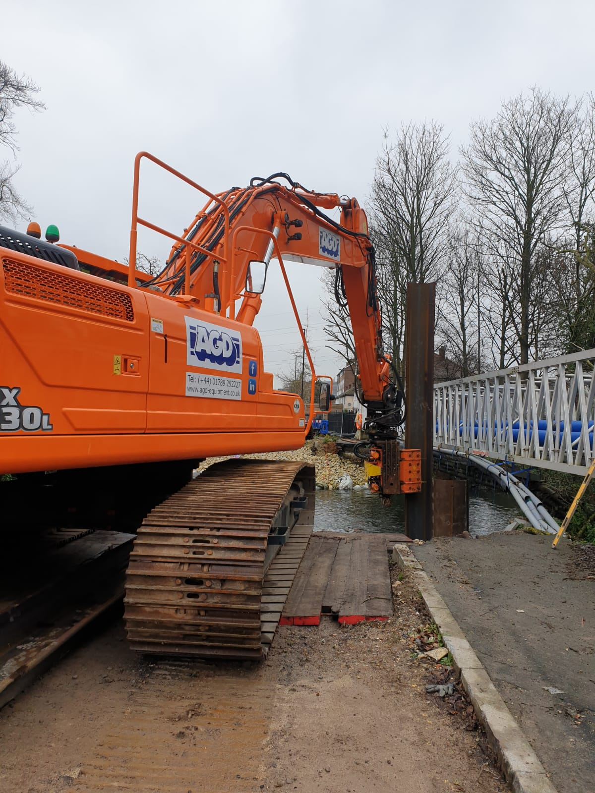 SMS side grip vibro installing sheet piles in London